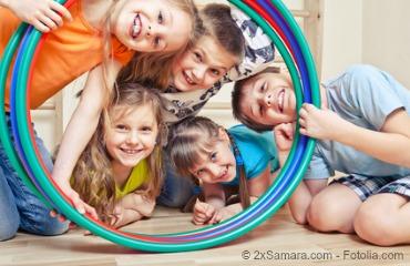 Kinder mit Hula Hoop Reifen