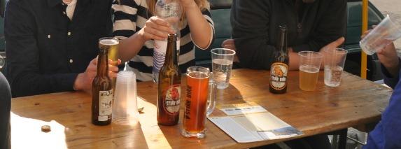 Bierprobe im Hof der Stiär Biär Brauerei