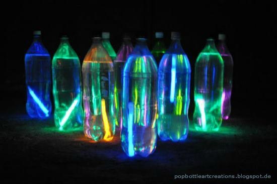 Nächtliches Bowling mit PET-Flaschen und Knicklichtern