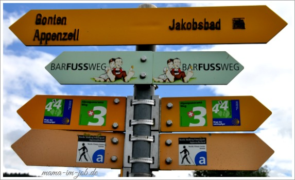 Der Barfussweg ist hervorragend ausgeschildert. Foto: Petra A. Bauer