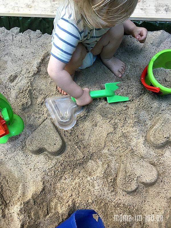 Man kann die Hipp-Nudelmenü-Herzen prima als Sandförmchen benutzen. Foto und Idee: Petra A. Bauer