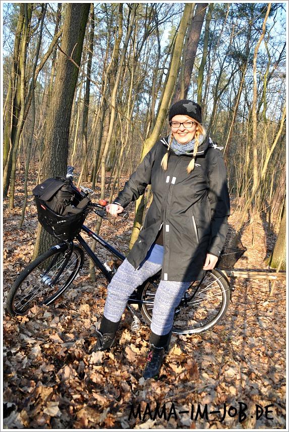 In voller Montur, die Swedenmount-Jacke unten offen, für Beinfreiheit beim Radfahren.