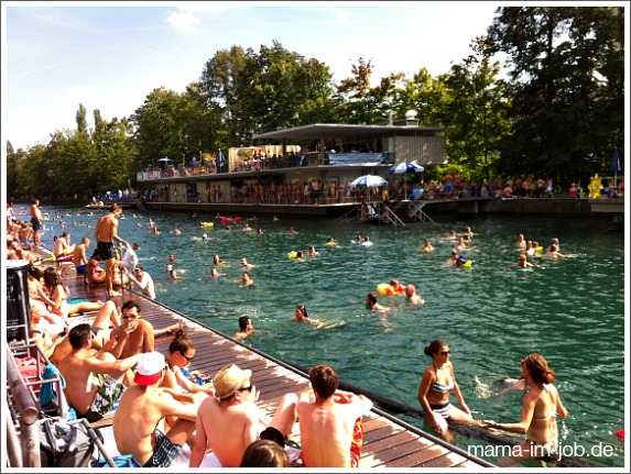 Zürich - Limmatschwimmen 2013. Nasse Gaudi mit grünen Plastik-Krokodilen. Foto: Petra A. Bauer.