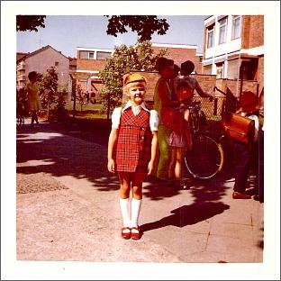 Klein-Petra 1970 vor der Till-Eulenspiegel-Grundschule in der Humboldtstraße. Foto: privat.