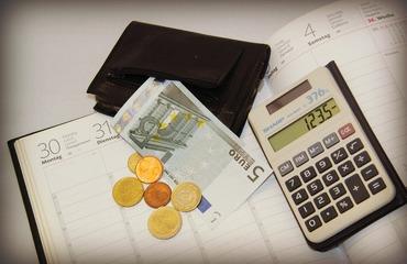 Welche Kosten muss ich berücksichtigen, um einen realistischen Stundensatz zu kalkulieren?