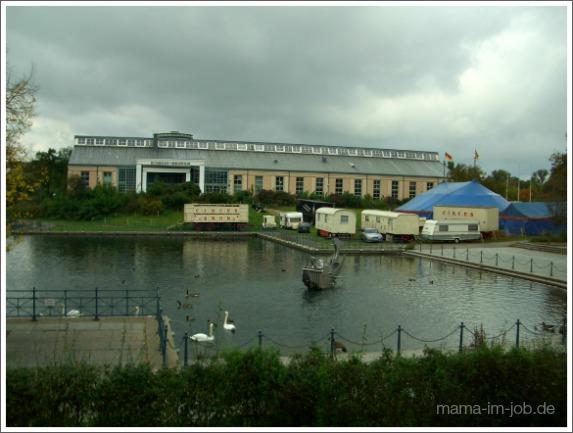 Tegeler Hafen mit Humboldtbibliothek, bevor das blöde Altersheim gebaut wurde, das jetzt allen von der Karolinenstraße den Blick aufs Wasser versperrt. Foto: Petra A. Bauer.