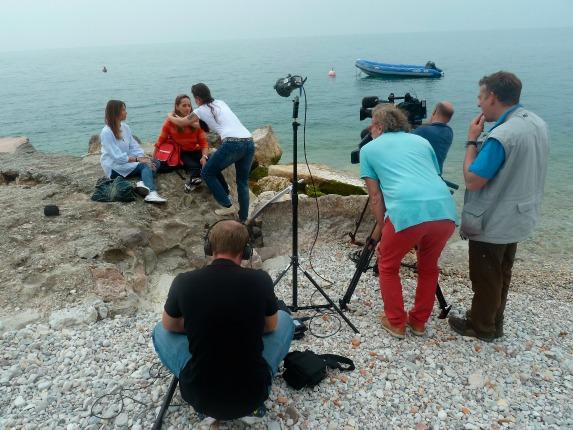 Tamina Kallert mit dem Wunderschön!-Team beim Dreh am Gardasee. Bild: Christine Voss-Schuler