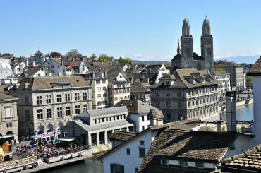 Blick vom Lindenhof auf das Großmünster in Zürich. Foto: Petra A. Bauer 2014.